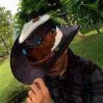 หมวกคาวบอย ผลิตจากหนังวัวแท้อัดลายจระเข้ ประดับด้วยแร่ควอต และขนแพะบนหมวก ออกแนวสไตล์คาวบอย