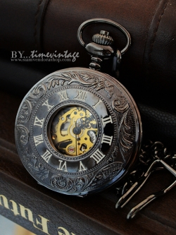 นาฬิกาพกระบบไขลานสีดำลายสลักเถาวะลย์ประดับเลขโรมันที่ฝาแบบที่2
