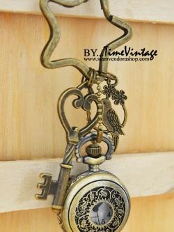 พวงกุญเก๋ๆห้อยด้วยนาฬิกาพกประดับโอนาเม็นนกแก้วมาคอร์
