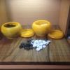 ชุดกระดานหมากล้อมไม้พร้อมเม็ดเซรามิคจีนและโถใส่หมากพลาสติกอย่างดี