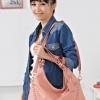 (พร้อมส่ง)กระเป๋าแฟชั่น สีชมพูอ่อน ทรงสวยเก๋ แต่งลายเย็บ ใบใหญ่กำลังดี แบรนด์ PG