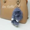 พวงกุญแจกระต่ายปอมปอมห้อยกระเป๋าสีเทา