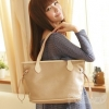 (พร้อมส่ง)กระเป๋าแฟชั่น ทรงน่ารัก สีกากี ปั๊มนูนลายจุด แต่งสายสีครีม แบรนด์ PG