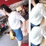 เสื้อแฟชั่นคอกลมสีขาวแขนยาวตัดต่อผ้าลูกไม้ลายดอกไม้สีขาวค่ะ