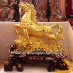 ม้าทองบนฐานไม้แดง