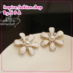 ตุ้มหูดอกไม้ประดับไข่มุกสีขาว Love ornaments century wrinkle daisy flower earrings Korea Korea retro earrings earrings jewelry