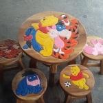ผองเพื่อนหมี Pooh รุ่นไม่มีพนักพิง โต๊ะ ขนาด 18*20 นิ้ว จำนวน 1 ตัว เก้าอี้ ขนาด 10*10 นิ้ว จำนวน 4 ตัว ผลิตจากไม้จามจุรี รับน้ำหนักได้ถึง 70 กก