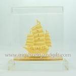 เรือสำเภาทอง (โลหะพ่นทองทราย99.99)สูง3.5นิ้ว กล่องอคิริคใส กล่องของขวัญสีแดง