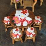 ลายคิตตี้ ถือช่อดอกไม้ รุ่นไม่มีพนักพิง โต๊ะ ขนาด 18*20 นิ้ว จำนวน 1 ตัว เก้าอี้ ขนาด 10*10 นิ้ว จำนวน 4 ตัว ผลิตจากไม้จามจุรีแท้ ไม่ใช่ไม้อัด รับน้ำหนักได้ถึง 70 กก.