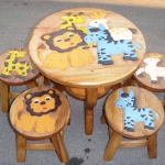 ลายเพื่อนสิงโต รุ่นไม่มีพนักพิง โต๊ะ ขนาด 18*20 นิ้ว จำนวน 1 ตัว เก้าอี้ ขนาด 10*10 นิ้ว จำนวน 4 ตัว ผลิตจากไม้จามจุรีแท้ ไม่ใช่ไม้อัด รับน้ำหนักได้ถึง 70 กก.