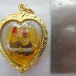 สินค้าหมดค่ะ สาริกาลิ้นทองปากแดงในน้ำมัน องค์ใหญ่ เลี่ยมกรอบหัวใจทองไมครอนพร้อมใบคาถาค่ะ