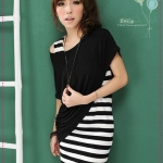 เดรสแขนกุดลายขวางพร้อมเสื้อคลุมตัวนอกสีดำ the new Plain oblique hem blouse + color stripe pocket dress two-piece