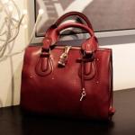 Axixibag กระเป๋าถือสีแดงใบใหญ่ แต่งหมุดทองทั้ง 2 ด้าน ด้านข้างตกแต่งด้วยซิป มีกุญแจล็อคได้