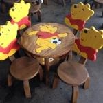 ลาย Pooh รุ่นมีพนักพิง โต๊ะ ขนาด 18*20 นิ้ว จำนวน 1 ตัว เก้าอี้ ขนาด 10*10 นิ้ว จำนวน 4 ตัว ผลิตจากไม้จามจุรีแท้ ไม่ใช่ไม้อัด รับน้ำหนักได้ถึง 70 กก.