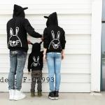 ชุดครอบครัว เสื้อครอบครัวกันหนาวลายกระต่ายแขนยาว พร้อมฮู๊ด สีดำ (ราคา 3 ตัว พ่อ แม่ ลูก) - pre order