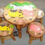 ลายสัตว์น้อยในฟาร์ม รุ่นไม่มีพนักพิง โต๊ะ ขนาด 18*20 นิ้ว จำนวน 1 ตัว เก้าอี้ ขนาด 10*10 นิ้ว จำนวน 4 ตัว ผลิตจากไม้จามจุรี รับน้ำหนักได้ถึง 70 กก