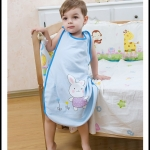 เสื้อคลุมนอน / ชุดคลุมนอน ถุงนอน สำหรับเด็กเล็กเด็กโต แก้ปัญหาเด็กถีบผ้าห่มค่ะ. ใช้ได้ตั้งแต่ 4 เดือน ถึง 4 ปีค่ะ มี 2 สี ฟ้า / ชมพู (ระบุสีที่ต้องการในช่องหมายเหตุตอนสั่งซื้อค่ะ)