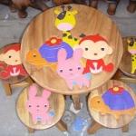 ลายรวมสัตว์น้อยในป่าใหญ่ 1 รุ่นไม่มีพนักพิง โต๊ะ ขนาด 18*20 นิ้ว จำนวน 1 ตัว เก้าอี้ ขนาด 10*10 นิ้ว จำนวน 4 ตัว ผลิตจากไม้จามจุรีแท้ ไม่ใช่ไม้อัด รับน้ำหนักได้ถึง 70 กก.