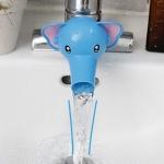 ช้าง สีฟ้า หัวต่อก็อกน้ำ สำหรับเด็กเล็กที่เอื้อมไม่ถึงก๊อก ให้น้องหัดล้างมือเองได้ง่ายๆ (ถ้าผู้ใหญ่จะล้างมือเพียงดันหัวการ์ตูนขึ้น ตามภาพที่ 3 ค่ะ)