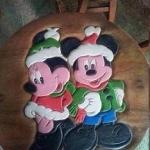 ลาย Mickey Mouse รุ่นไม่มีพนักพิง โต๊ะ ขนาด 18*20 นิ้ว จำนวน 1 ตัว เก้าอี้ ขนาด 10*10 นิ้ว จำนวน 4 ตัว ผลิตจากไม้จามจุรีแท้ ไม่ใช่ไม้อัด รับน้ำหนักได้ถึง 70 กก.