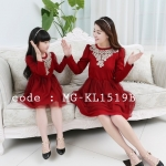 ชุดเดรสคู่แม่ลูก เดรสสั้นคอกลมแขนยาว แต่งลูกไม้ช่วงคอเสื้อ เอวยางยืด สีแดง (รุ่นนี้มี 2 สี กรม แดง) - pre order