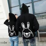 เสื้อคู่รัก ชุดคู่รัก แฟชั่นเกาหลี เสื้อกันหนาวลายกระต่ายแขนยาว พร้อมฮู๊ด สีดำ - pre order