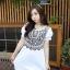 เสื้อแฟชั่นเกาหลีสกรีนลายด้านหน้าแต่งกระดุมแขนตุ๊กตาจับจีบไขว้กันน่ารักค่ะ thumbnail 2