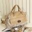 กระเป๋าถือแฟชั่นสีครีม แต่งด้วยผ้าลูกไม้สีขาว thumbnail 1